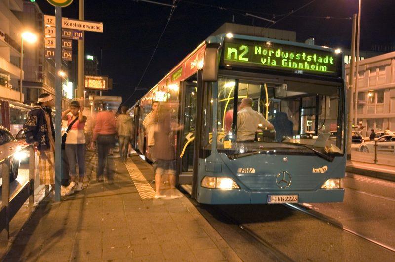 Neulich im Nachtbus: Eine komplizierte Liebe.