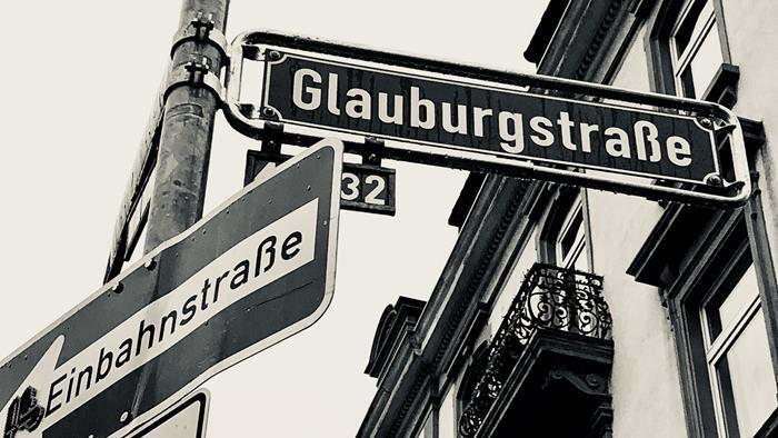Vielfalt in der Glauburgstraße: Ein Streifzug durch den Schilderwald