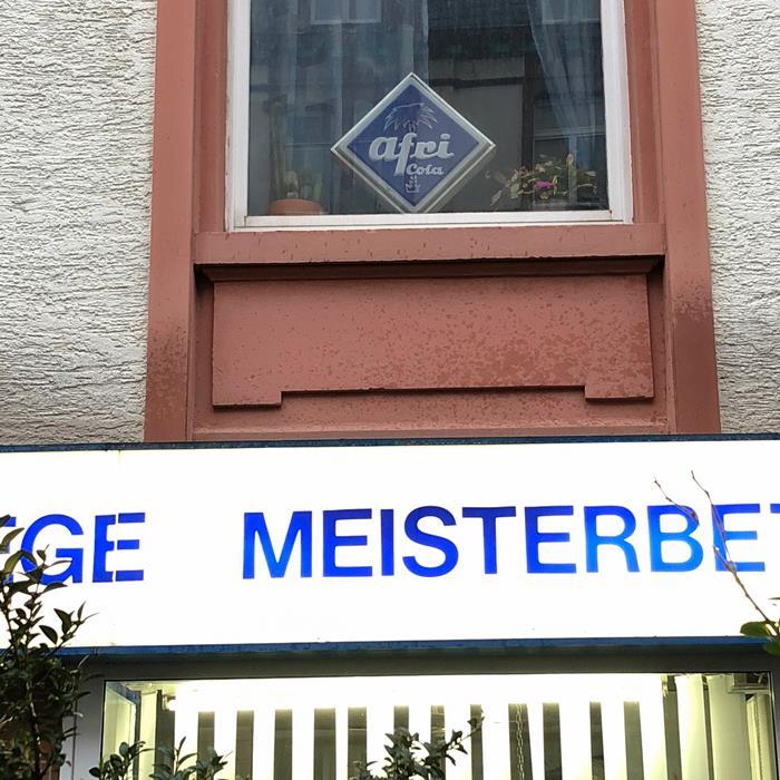 Kleines Gimmick Im Schlafzimmer: Ein Betagtes U201eAfri Colau201c Blechschild. Und  Untendrunter Wirkt Der Meister.